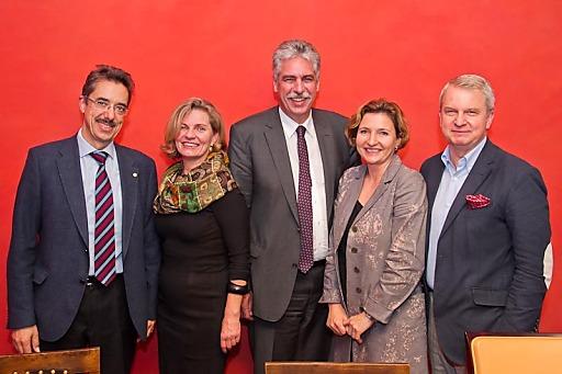 Im Bild v.l.n.r.: Dr. Martin Hagenlocher, Mag.pharm. Dr. Ulrike Mursch-Edlmayr, Dr. Hans-Jörg Schelling, Mag.pharm. Corinna Prinz-Stremitzer, Dr. Jan Oliver Huber.