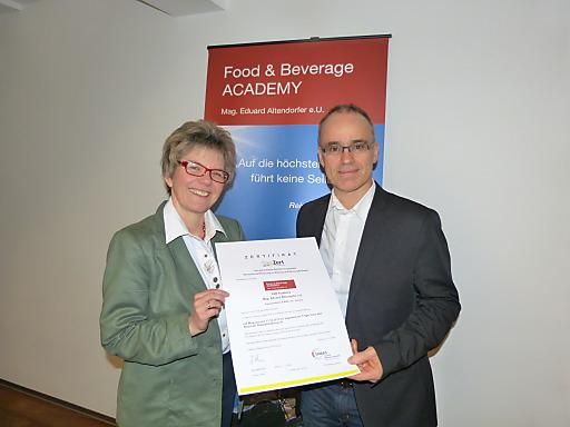 F&B Academy-Gründer und Lehrgangsleiter Mag. Eduard Altendorfer erhielt von Corinna Gronewaldt (DeuZert) die offizielle Zertifizierungsurkunde überreicht.