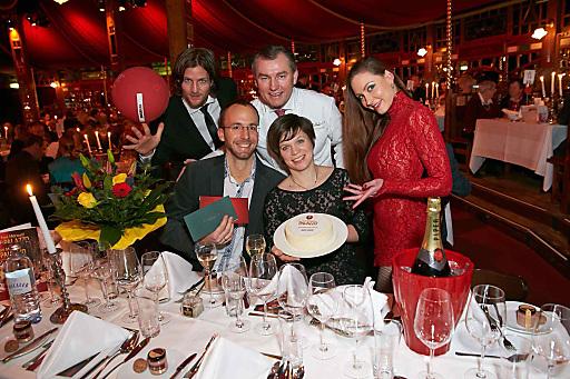 Im Bild v.l.n.r.: Künstler Andreas Wessels (stehend), Gewinner Harald Jenewein und Marie-Therese Jenewein, Toni Mörwald (stehend) und Künstlerin Ekaterina Demina (stehend).