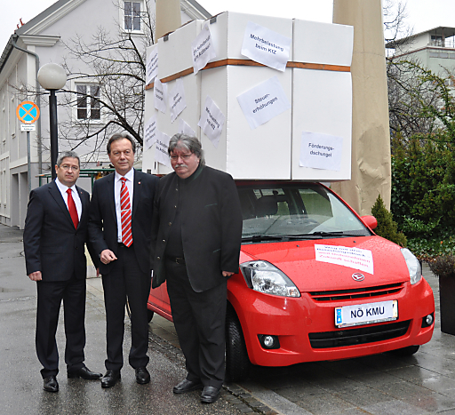 Wirtschaftsverband NÖ gegen Belastungen für Unternehmen: Der schwer beladene Kleinwagen zeigt, welchem Belastungsdruck die Klein-und Mittelbetriebe ausgesetzt sind.