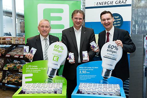 SPAR-Geschäftsführer Christoph Holzer (mi.) mit dem Vorstandssprecher der Energie Steiermark, Christian Purrer (li.) und dem Geschäftsführer der Energie Graz, Gert Heigl (re.)