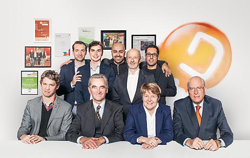 Management Team und Investoren der Whatchado GmbH. Im Bild: obere Reihe v.l.n.r.: Lucanus Polagnoli (CFO), Kambis Kohansal-Vajargah (CMO), Ali Mahlodji (CEO), Johann Hansmann, Jubin Honarfar (CCO) untere Reihe v.l.n.r.: Lukas Püspök, Peter Püspök, Brigitte Ederer, Claus Raidl