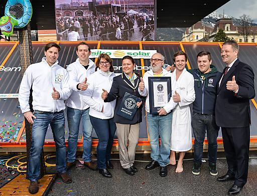 Umweltminister Andrä Rupprechter gratuliert dem SIKO SOLAR Team zum Eintrag ins Guinness Buch der Rekorde.