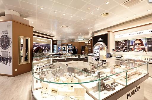 Flughafen Wien Shops: Dolce & Gabbana, Christ, Swarovski, und Versace.