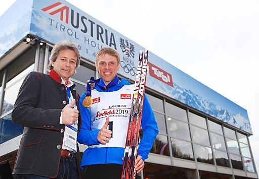 Der russische Langlaufstar Mikhail Ivanov (re.) drückt Markus Tschoner (Olympiaregion Seefeld) die Daumen für die WM-Bewerbung und sagte sein Kommen zu, wenn die Nordische Ski-WM 2019 in Seefeld stattfindet.