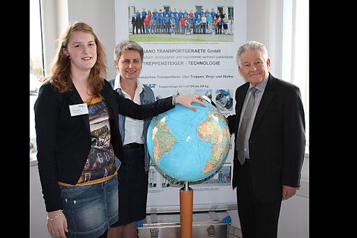 Landeshauptmann Dr. Josef Pühringer, Prokuristin Dr.in Elisabeth Bierma und Lehrling Carina Freiseder (v.r.) freuen sich über die internationale Ausrichtung von SANO Transportgeraete GmbH.