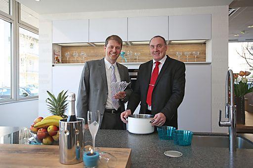 http://www.apa-fotoservice.at/galerie/5140 Im Bild v.l.n.r.: Kai Giersch (GF Küche&Co Austria), Heinrich Huber (Studioinhaber Küche&Co Linz)
