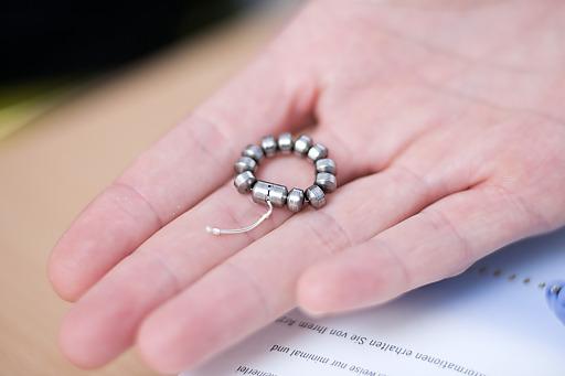 Der Magnetring besteht aus feinen Titan-Perlen.