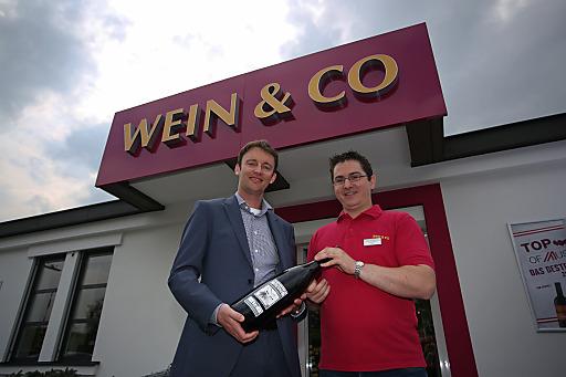 http://www.apa-fotoservice.at/galerie/5221/ Im Bild v.l.n.r.: Florian Größwang (Geschäftsführer Wein&Co), Thomas Krivinka (Leitung Shop)