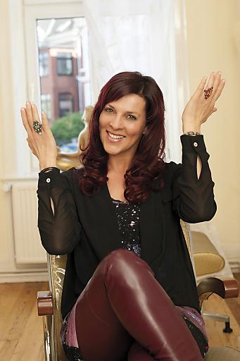 Sabine Petzl begeistert und glücklich über den neuen Langhaar-Look.