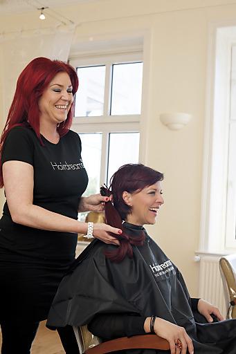 Hairdreamsspezialistin Andrea Görtzen vom Salon Wunderschön zaubert Sabine Petzl eine Langhaar-Traummähne.