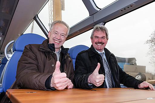 Verkehrslandesrat Karl Wilfing und NÖVOG Geschäftsführer Gerhard Stindl im neuen Panoramawagen.