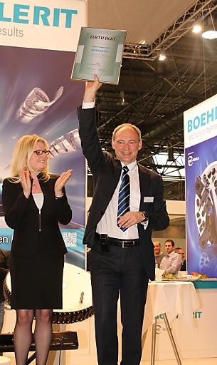 Mag. Monica Rintersbacher, Gsf. Leitbetriebe Austria, übergibt die Auszeichnung an Johann Werl, Geschäftsführer von Boehlerit Kapfenberg.