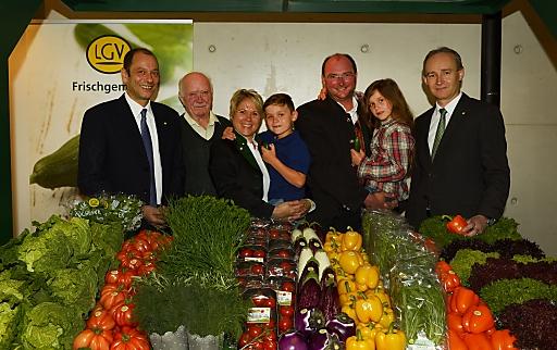 LGV-Vorstand Mag. Gerald König (li.), Gärtnerfamilie Flicker( Mitte), LGV-Aufsichtsratsvorsitzender KDir. Ing. Robert Fitzthum (re.)