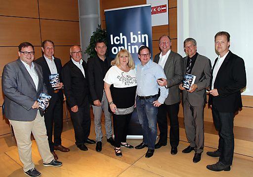 http://www.apa-fotoservice.at/galerie/5544/ Im Bild v.l.n.r.: Digitales Österreich Christian Rupp, Amtsf. Präs. LSR Rudolf Altersberger, Präs.WK-K Franz Pacher, Walter Liebhart (Ilogs), Regina Hönigsberger, Georg Holzer, Spartenobmann Information und Consulting WK-K DI Martin Zandonella, LH Dr Peter Kaiser, Ing. Walter Martinetz