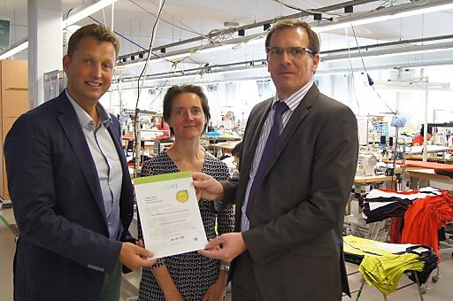 Helene Melnitzky und CEO Robert Löcker vom ÖTI überreichen Löffler Geschäftsführer Otto Leotolder das STeP Zertifikat.