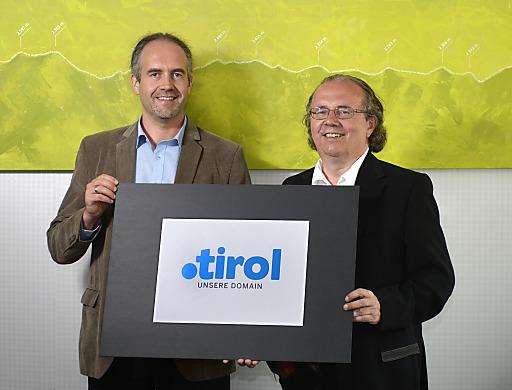 CEO Mag. Hermann Petz, Vorstandsvorsitzender Moser Holding (re.) und Dr. Markus Kichl, Geschäftsführer punkt Tirol präsentieren die neue Domain .tirol