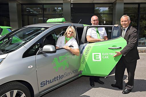Unternehmer Erwin und Irene Wailland starten Elektro-Taxi-Flotte in Graz mit Unterstützung von Energie Steiermark Vorstand Christian Purrer (re.)