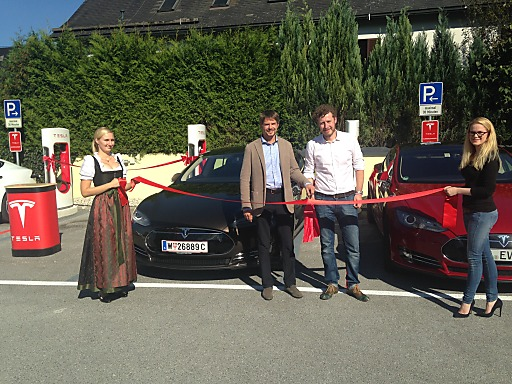 Der neue Supercharger Salzburg wurde von Richard Absenger, Geschäftsführer Hotel Kaiserhof und Daniel Hammerl, Country Director Tesla Österreich heute offiziell eröffnet.