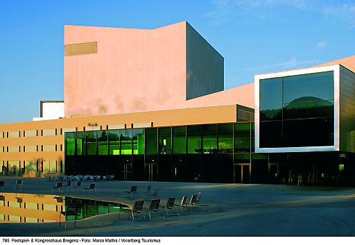 Im Festspielhaus Bregenz finden die Vergabe des vlow!awards und der vlow!-Kongress statt. Eines der Projekte befasst sich mit der Inszenierung des Festspielhaus-Vorplatzes.