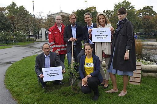 Wien / Österreich - Symbolische Baumpflanzung im Wiener Volksgarten für bessere Rahmenbedingngen für gemeinnützige Stiftungen in Österreich.