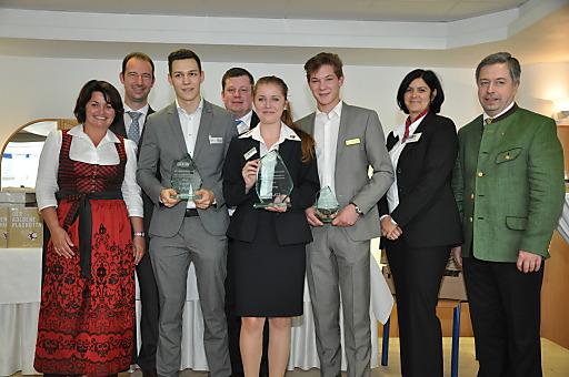 Siegerfoto des Niederösterreichischen Lehrlingswettbewerbs mit der erstplatzierten Stephanie Hahn, Lehrling im Seminar- und Eventhotel Krainerhütte, in der Mitte