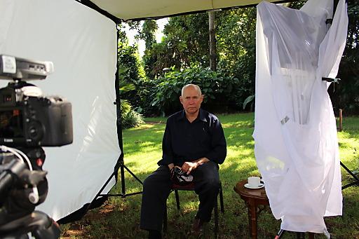 """Fotograf und Fotojournalist Steve McCurry am Set des Lavazza Kalenders 2015. Unter dem Motto """"The Earth Defenders"""" porträtierte er zehn außergewöhnliche Persönlichkeiten, die sich in ihrer Heimat Afrika für verschiedene Projekte einsetzen. Die Lavazza Kalenderedition für das kommende Jahr wird am 22. Oktober 2014 im Rahmen der Turiner Slow Food Messe """"Salone del Gusto"""" erstmals der Öffentlichkeit vorgestellt."""