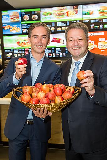 Andreas Schmidlechner (Managing Director McDonald's Österreich, links) und Andrä Rupprechter (Landwirtschaftsminister) setzen auf den knackigen Genuss heimischer Äpfel.