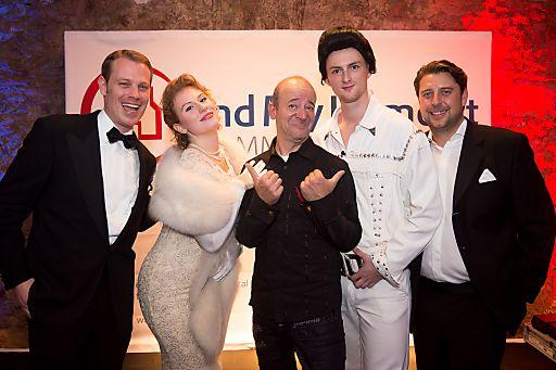 http://www.apa-fotoservice.at/galerie/6099 Im Bild v.r.n.l.: Benedikt Gabriel (GF FindMyHome.at), Fifties-Ikone, Rock 'n' Roll-Legende Andy Lee Lang, Elvis-Double, Bernd Gabel-Hlawa (GF FindMyHome.at)