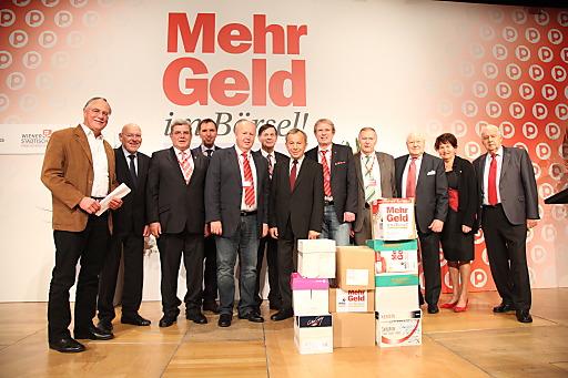 Die Landes-Präsidenten des Pensionionistenverbandes bei der Übergabe der insgesamt 194.681 Unterschriften an PVÖ-Präsident Karl Blecha.