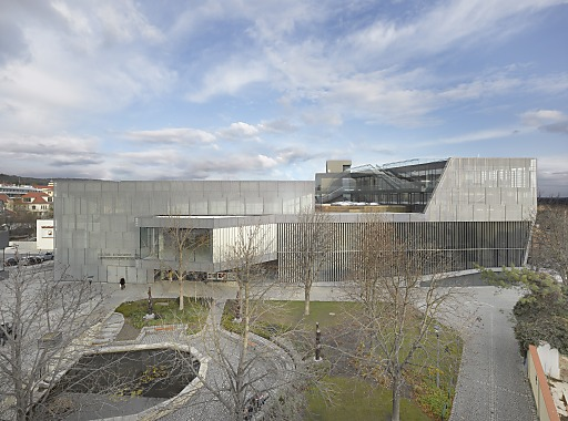 Überzeugend sowohl städtebaulich als auch in seiner Verschränkung von Bestand und Neubau. Der das Gebäude umhüllende Metallscreen schafft eine Einheit.