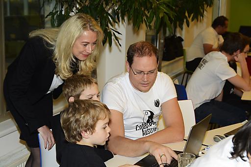 Silvia Schöpf, Vice President UPC, mit Kindern und CoderDojo Mentor