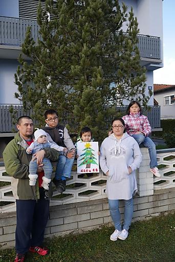 Voll integrierte Flüchtlingsfamilie Abdrahmanov in St. Paul in Kärnten hofft auf humanitäres Bleiberecht: Papa Akram und Mama Mahinur mit den Kindern (v.l.n.r.) Amalia (0,5), Ali (10), Aysha (4) und Malika (8)