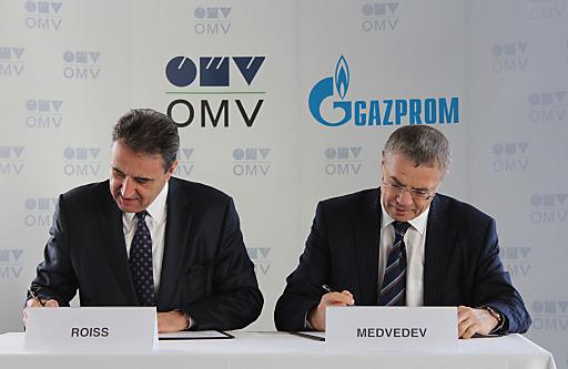 Foto anlässlich der heutigen Unterzeichnung; OMV Generaldirektor Gerhard Roiss (li.) und Gazprom Deputy Chairman Alexander Medvedev (credit: OMV)