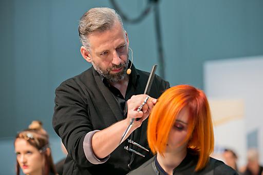 dm Qualitätsmanager Helmut Maier präsentierte mit seinem dm friseur- und kosmetikstudio Kreativteam auf der Friseurfachmesse Austria Hair International 2014 die exklusiv im dm friseurstudio erhältlichen Trends Candy Pops, Love Rocks und Hard Stuff.