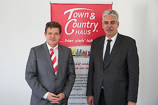 Im Bild v.l.n.r.: Manfred Fangmeyer, Geschäftsführer Town & Country Haus Österreich, Finanzminister Dr. Hans Jörg Schelling