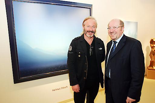 http://www.apa-fotoservice.at/galerie/6571 Im Bild v.l.n.r.: Der internationale Künstler Helmut Ditsch vor seinem Werk und Horst Szaal (Messeveranstalter)