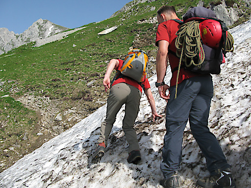 Vorsicht bei Altschneefeldern! Tipps vom Alpenverein für einen guten Start in die Wandersaison.