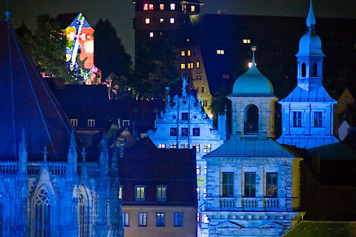 Am 2. Mai 2015 laden Nürnberg und seine Einrichtungen für Kunst und Kultur, Museen, Kirchen und Clubs mit Lichtinstallationen, Musik und Performances zum 16. Mal zur Blauen Nacht. Seit 2000 verwandelt sich die historische Altstadt in ein Meer aus Lichtern, Klängen und Tanz. Häuser, Plätze und Höfe werden mit Projektionen verwandelt: Nürnberg wir Blau.