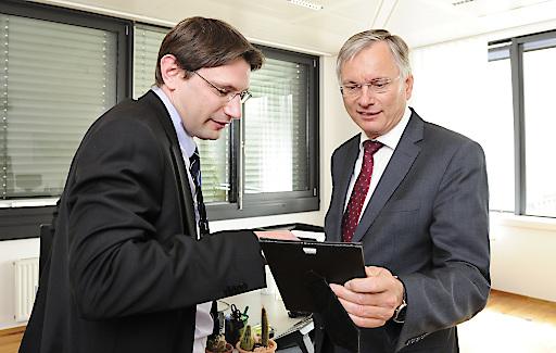 Betriebsbesuch von Bundesminister Alois Stöger (r.) beim Unternehmen Schieneninfrastruktur-Dienstleistungsgesellschaft mbH (SCHIG mbH) in Begleitung von Geschäftsführer Ulrich Puz.