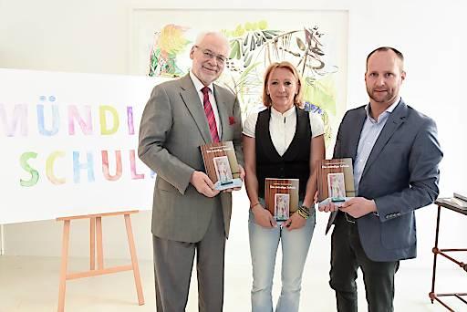 http://www.apa-fotoservice.at/galerie/6676 Im Bild v.l.n.r.: Erhard Busek, Beatrice Svoboda und Matthias Strolz