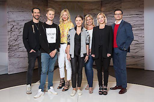 HSE24 vergibt zum 20-jährigen Jubiläum den HSE24 Talent Award. Nun stehen die Finalisten fest. Drei Studenten der Modeschule ESMOD überzeugten die top besetzte Jury mit ihrer Neuinterpretation eines Design-Klassikers. Eine Online-Abstimmung für den Publikumsliebling findet vom 14. bis 20. Juni statt. Der Gewinner wird auf der Jubiläumsgala am 7. Juli gekürt: (v.l.n.r.) ESMOD Art Director Ingo Brack, Finalist Lars Harre, Designerin Katja Will, Finalistin Elena Trukhina, HSE24 Modechefin Yvonne Müller, Finalistin Stephanie Winterhalter und Christian Krabichler, Lifestyle-Experte des People-Magazins BUNTE. +++ Die Nutzung ist für redaktionelle Zwecke im Zusammenhang mit HSE24 honorarfrei. Abdruck bitte mit folgender Quellenangabe: Foto: HSE24 +++