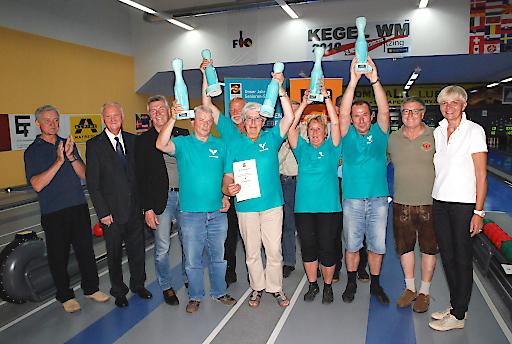 Das Siegerteam: Die Niederösterreichische Truppe von Wolkersdorf 1 mit einem Altersschnitt von 66 Jahren und 1.215 Holz im Bild mit RegRat Kurt Korbatits, Landesgeschäftsführerin Monika Kummer sowie Landessportreferent Pepi Frank.