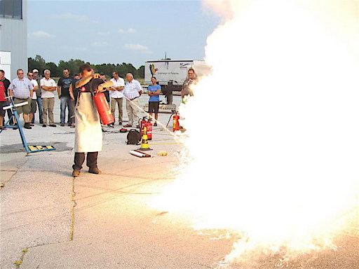 Auch der richtige Umgang mit dem Feuerlöscher muss geübt werden