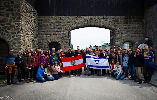israelische und österreichische Gruppe von Treffpunkt Philosophie - Neue Akropolis vor dem Eingang zum Lager Mauthausen