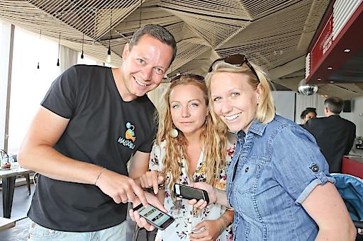 Christian Kaufmann & Georg Hertner/GFs von Malooku mit Markenbotschafter Comedian Alex Kristan bei der App-Präsentation in der Strandbar Herrmann