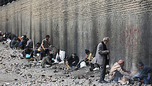 """Im Südosten Teherans besucht VICE-Host Suroosh Alvi eines der größten Drogenviertel und gerät in eine Drogen-Razzia. © RTL II - Recht zum Abdruck/Darstellung zeitlich/sachlich beschränkt auf die Bewerbung der Sendung. Weiterer Text über ots und www.presseportal.de/pm/6605 / Die Verwendung dieses Bildes ist für redaktionelle Zwecke honorarfrei. Veröffentlichung bitte unter Quellenangabe: """"obs/RTL II"""""""