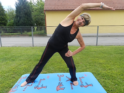 Isabella L. nach insgesamt 2 Hüftoperationen sehr sportlich – beim Pilates Training in ihrem Garten.