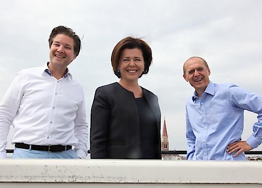 Michael Meixner, Isabella Koch und Dieter Zoubek (von links nach rechts) vereinbarten einen Zusammenschluss ihrer Unternehmen. ACP Business Solutions Wien übernimmt die Mehrheit an Medix Informatik.