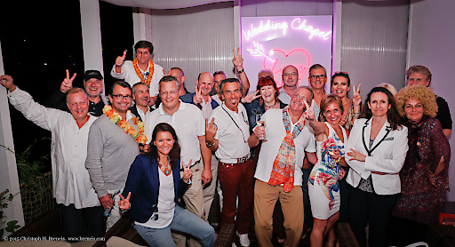 Gruppenbild mit Gästen die auf der Terrasse waren bei ÖMG Sommerfest